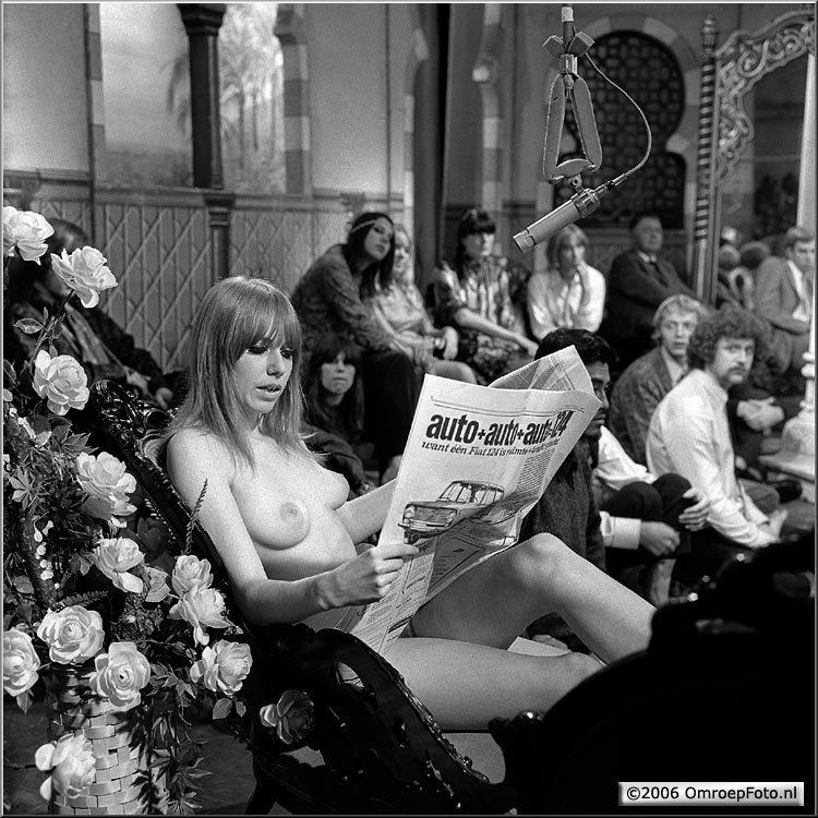 Doos 63 Foto 1250. 1967. Phil Bloom in de Studio. Let op de steelse blikken van Simon Vinkenoog en Johnny the Selfkicker...