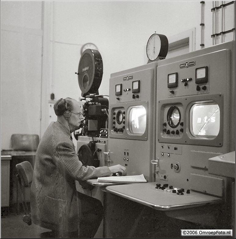 Doos 63 Foto 1253. 1956 De heer Alberts in de filmcabine