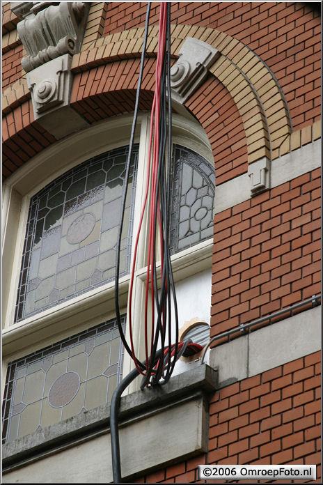 Doos 72 Foto 1432. Kabels over het dak in de StadsSchouwburg Amsterdam