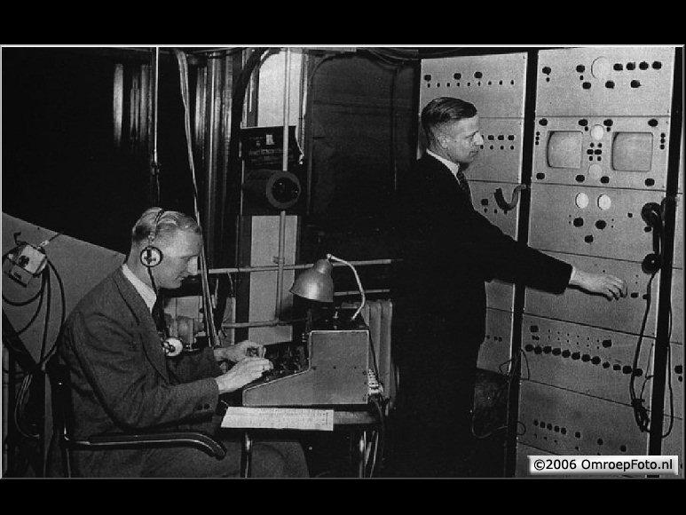 Doos 73 Foto 1458. Harry Heuts, geluidstechnicus en Wil van Vlerken als eerste (staande) beeldtechnicus