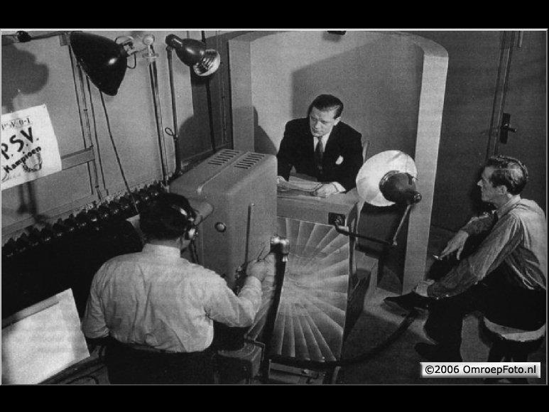 Doos 73 Foto 1459. Gerrit Ooms met Erik de Vries en de eerste omroeper Fred Knol in 1948 Nat lab in Eindhoven