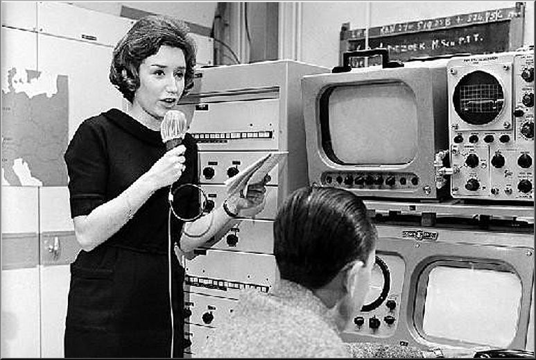 Doos 77 Foto 1521. Elles Berger  bij de opening van het VSC of wel Video  Schakel Centrum in 1960 in Hilversum