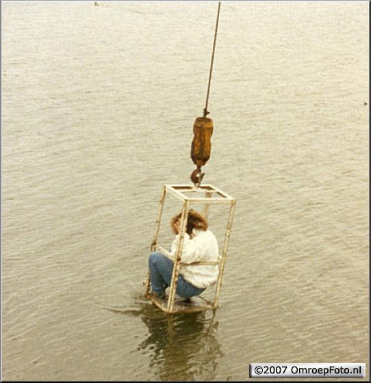 Doos 84 Foto 1674. 'Nederland Muziekland' in Volendam. Joyce gaat ter water...