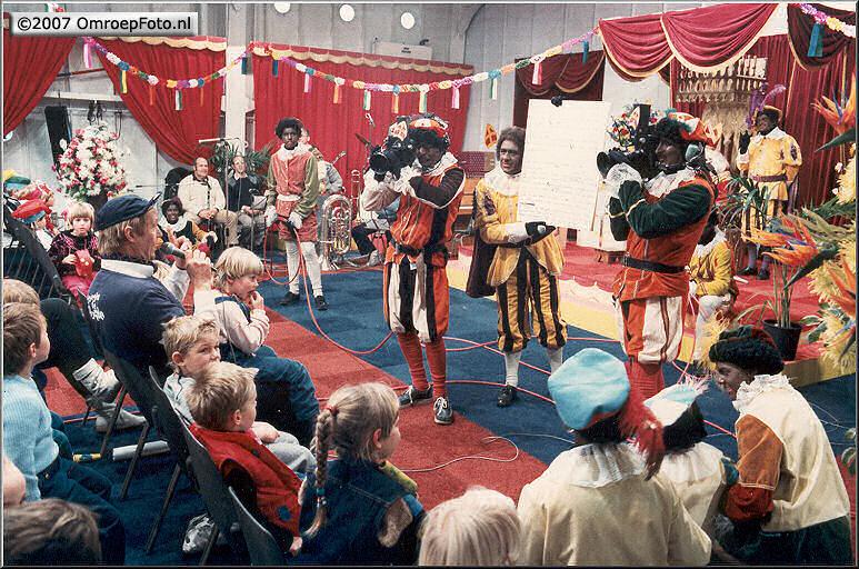 Doos 87 Foto 1736. Sinterklaas 1984 Terschelling. Handhelds : Henny Vreeswijk en Tim Nijzink