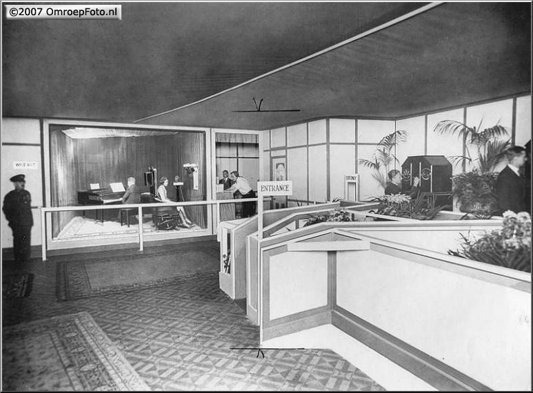 Doos 97 Foto 1926. Fernseh 4. De eerste televisiestudio ter wereld bij Fernseh GMBH. Rechts de controle kamer