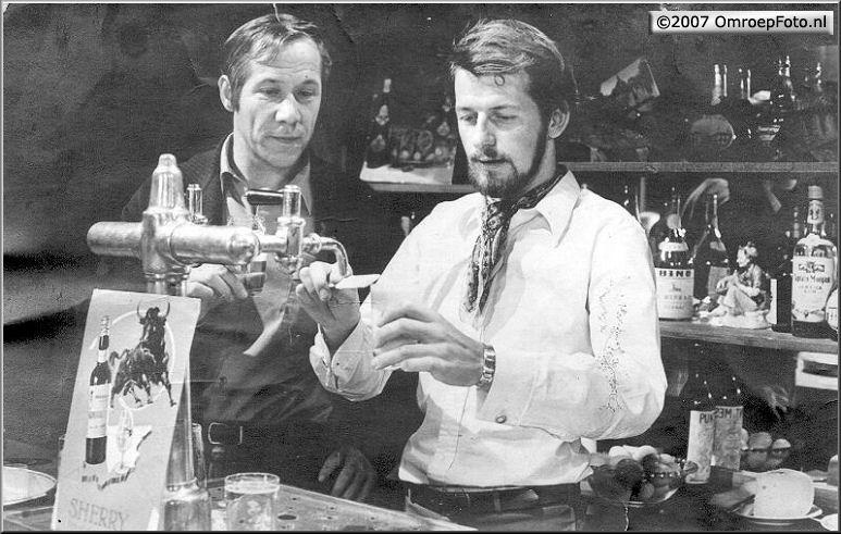 Doos 99 Foto 1968. Toneelmeester Frans Kuijper en Piet Romer ...Schaep met de 5 poten 1970